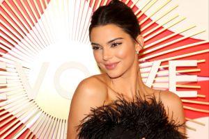 Kendall Jenner destapó sus delicadas curvas con un traje de baño en colores blanco y negro