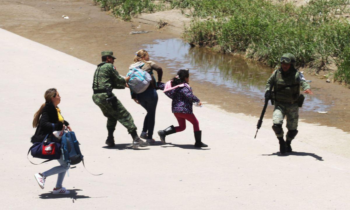 En esta foto de archivo, la Guardia Nacional mexicana detiene a inmigrantes centroamericanos.