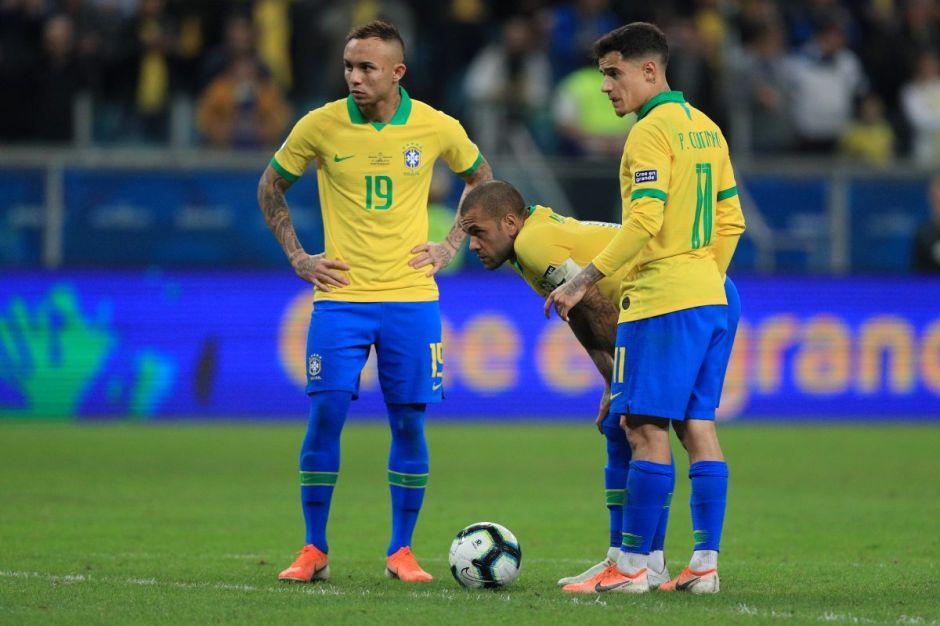 Dani Alves y Coutinho previo a un cobre de tiro libre