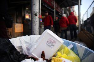 Entran en efecto sanciones por uso de envases de poliestireno en Nueva York