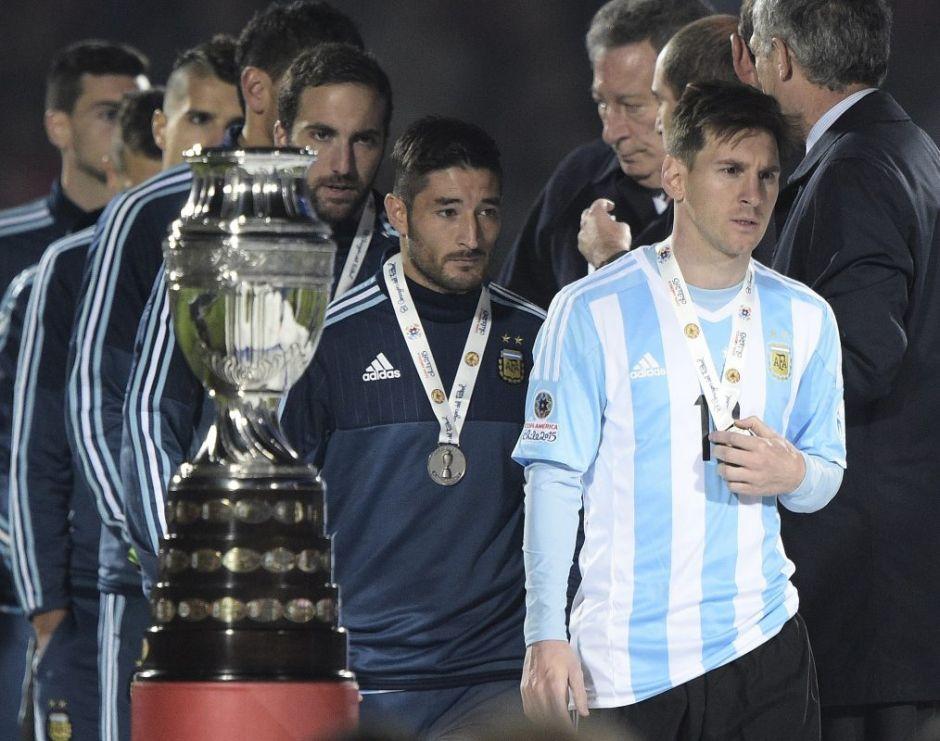 Argentina recogiendo la medalla de subcampeón de Copa América