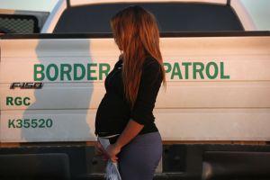 Migrante hispana da a luz con pantalones puestos mientras Patrulla Fronteriza la procesa