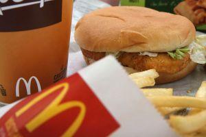 Policía acusa a empleados de McDonald's de morder su hamburguesa ¡pero estaba mintiendo!