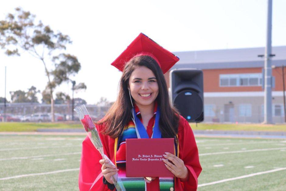Premio a la excelencia: estudiantes latinos en LA reciben becas para la universidad