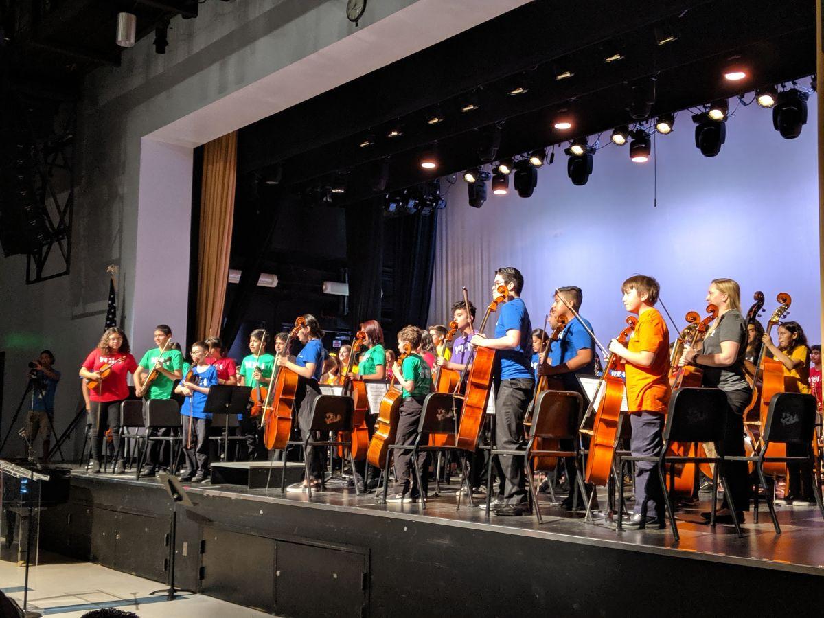 Unos 60 estudiantes participaron el miércoles en una presentación musical del programa Youth Orchestra of Los Angeles. (Jacqueline García)