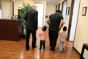 Dos niños y su abuelo demandan al condado de Los Ángeles por el suicidio de una madre