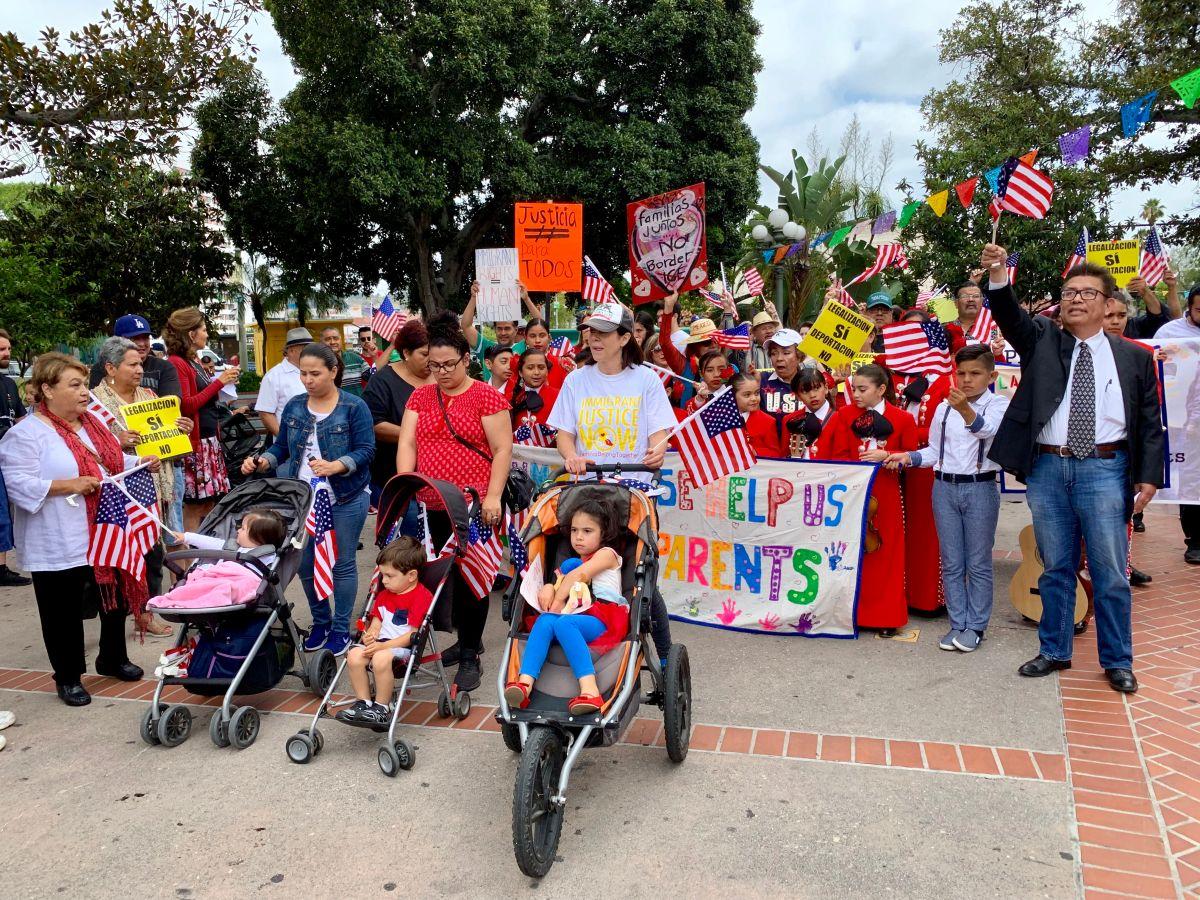 Protestan contra redadas y muertes de inmigrantes bajo custodia