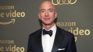 El hombre más rico del mundo se declara fan de Stranger Things y recrea una de las escenas en Instagram