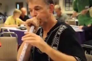 Maestro de música condenado por filmarse eyaculando dentro de las flautas de estudiantes