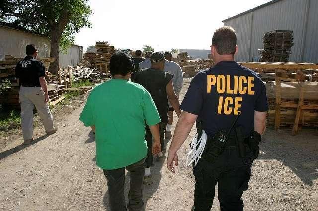 """Juez declara """"inconstitucional"""" sancionar como criminales a quienes ayudan a inmigrantes"""