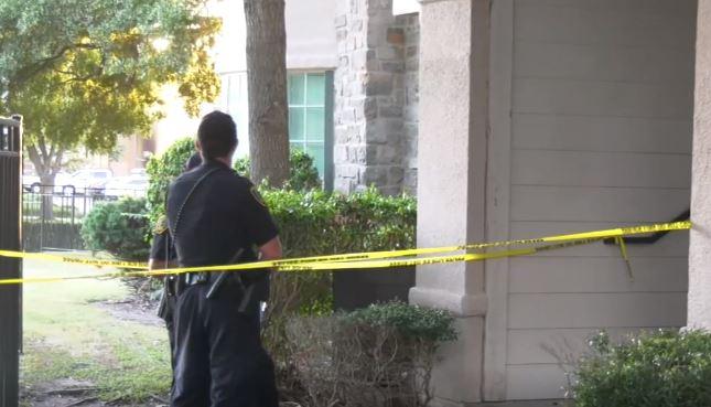 Cuando los oficiales llegaron a la escena encontraron al padre de los jóvenes apuñalado.