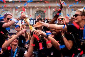 Desodorante femenino donará $529,000 a campeonas de equipo de futbol de EEUU