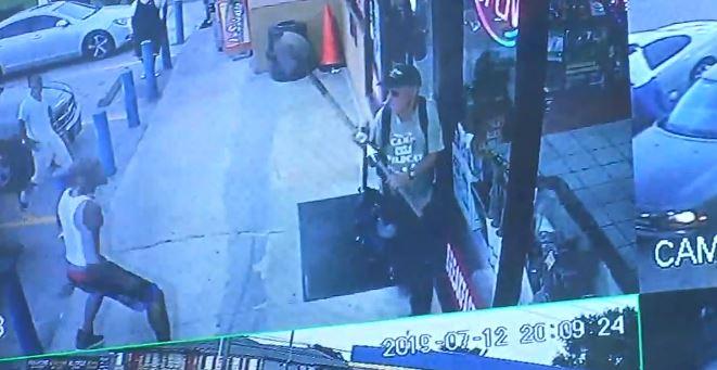 Imágenes fuertes: Golpean a hombre con una pala en gasolinera