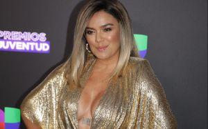Karol G desata rumores de embarazo en Premios Juventud 2020: 'Se tapa su pancita'