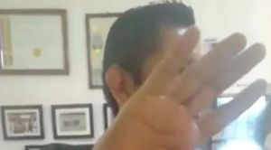 Madre encara en plena clínica a quiropráctico que supuestamente violó a su hija