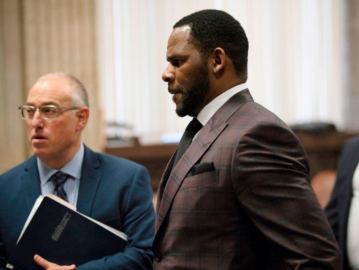 El cantante R. Kelly (c) en una audiencia ante una corte criminal en junio de 2019.
