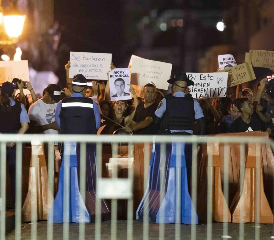 Los manifestantes protestan para exigir la renuncia del gobernador Ricardo Rosselló Nevares.