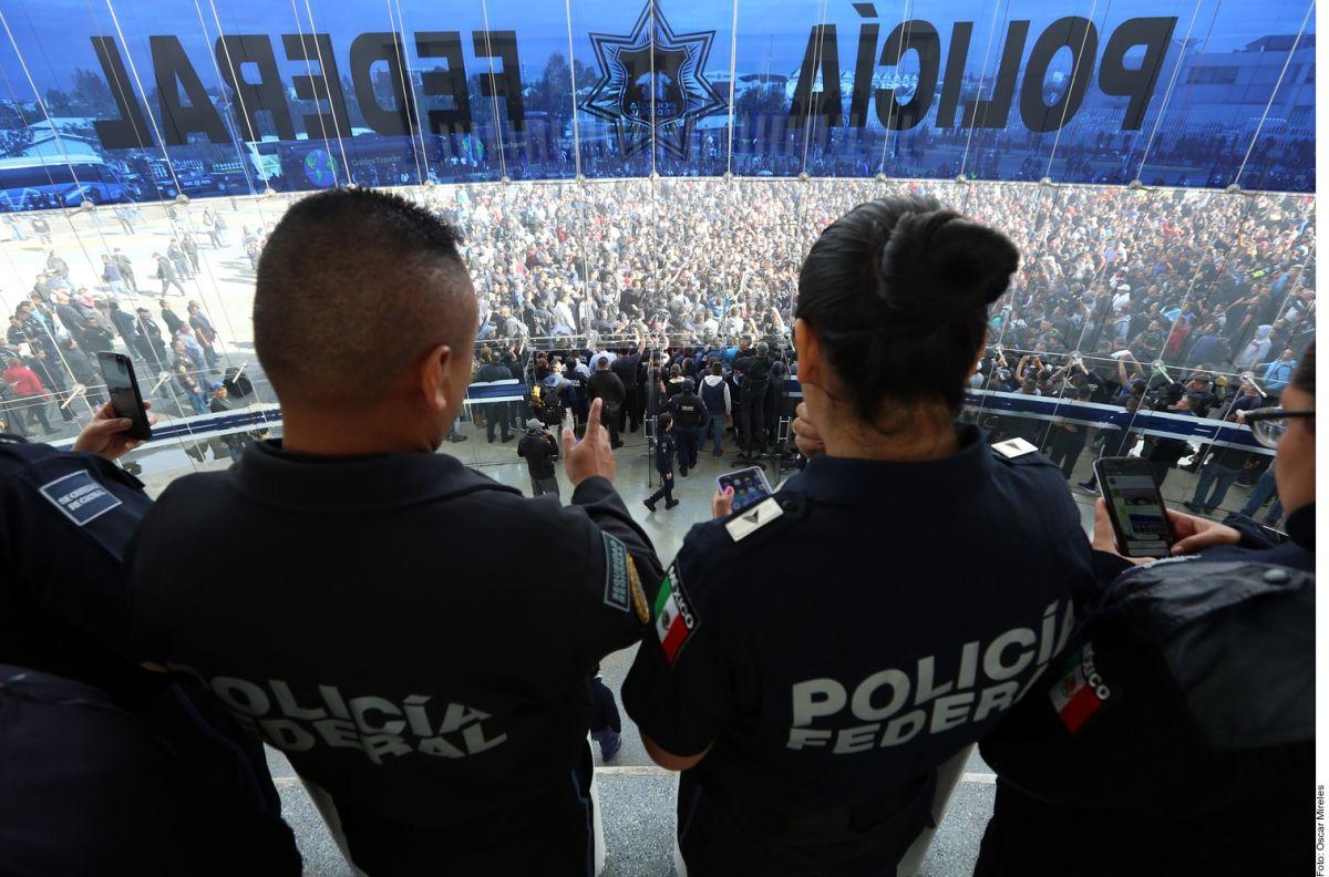 """AMLO ordena investigar corrupción en Policía Federal, dice que hubo """"mano negra"""" en protestas"""