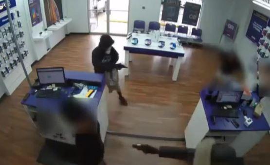 Video: Ladrones aterrorizan tienda de celulares con pistolas