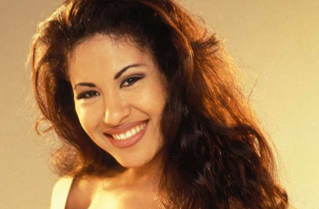 Christian Serratos es Selena Quintanilla en la ficción, y ahora aparece con sexy bikini nude