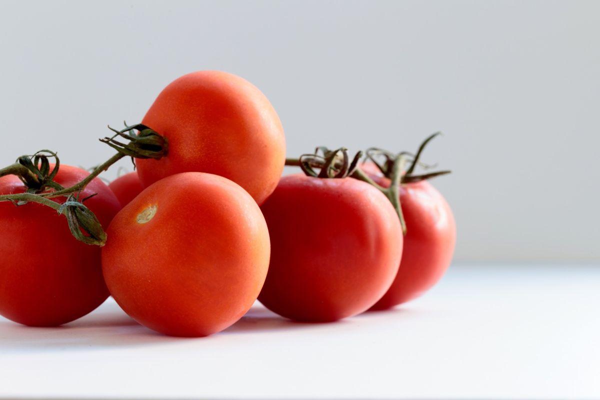 Integrar en tus hábitos diarios el consumo de 1 vaso de jugo de tomate casero al día, también te ayudará a fortalecer el sistema inmune.