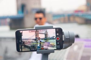 4 modelos de trípode para celular que sirven para sacar fotos, tener videollamadas, ver vídeos y más