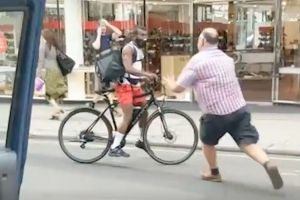 Taxista patea a ciclista, pero el destino le castiga de forma inesperada