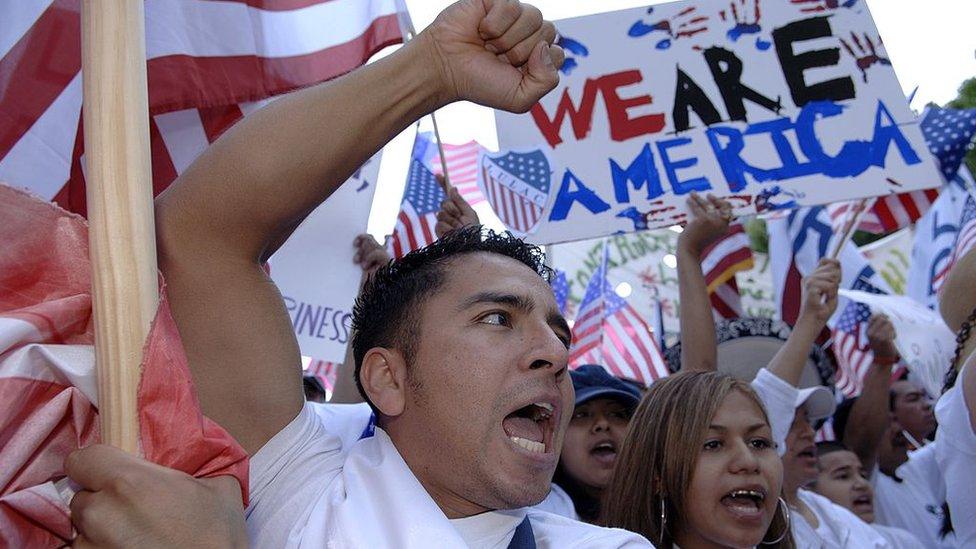 """Tiroteo en El Paso: por qué algunos hablan de """"invasión"""" de latinos en Texas (y qué dicen las estadísticas)"""