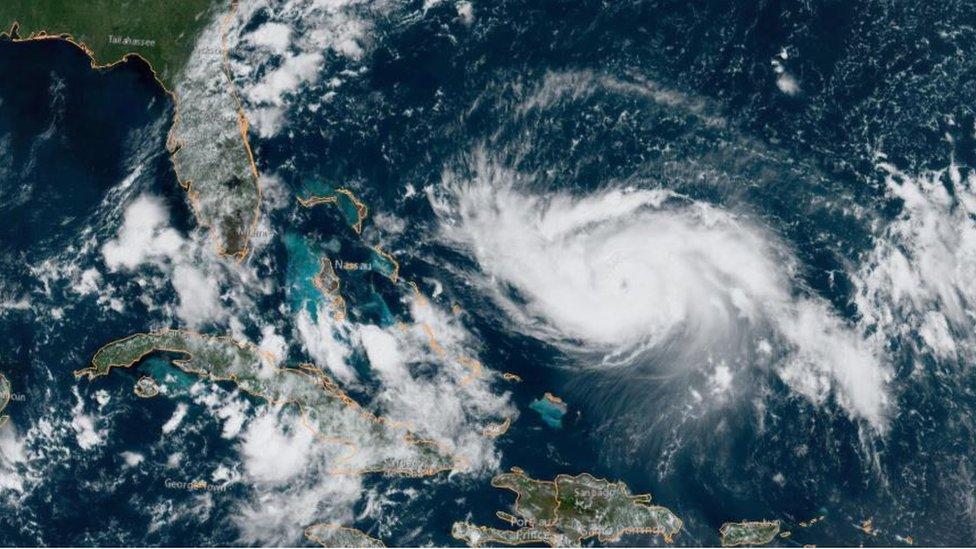 """El huracán Dorian se ha intensificado y ya comienza a ser visible un """"ojo""""."""