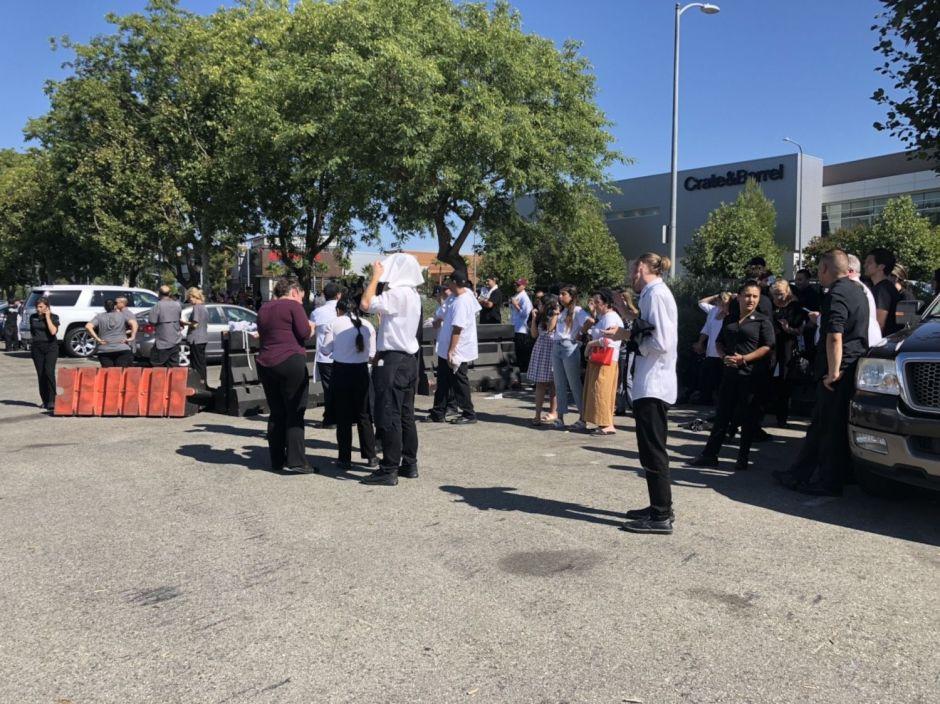 Policía de Los Ángeles atiende emergencia por posible tiroteo en centro comercial Topanga