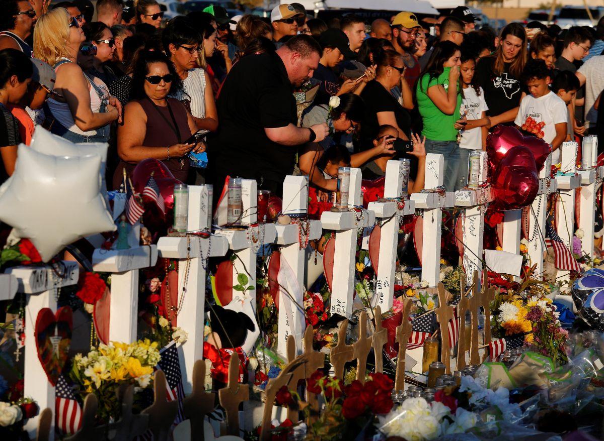 Ciudadanos rinden homenaje a las víctimas de la masacre de El Paso.
