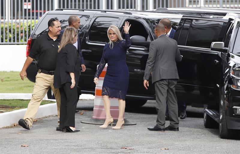 La gobernadora de Puerto Rico, Wanda Vázquez (c),  saluda a la entrada del Tribunal Supremo, donde juró al cargo.