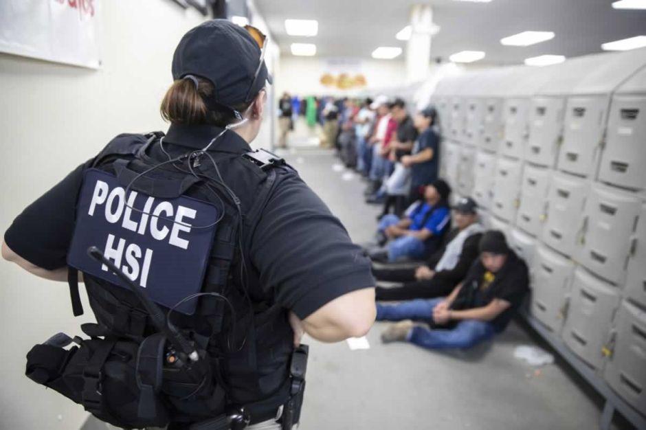 Liberan a casi la mitad de los 680 inmigrantes detenidos en la redada de Mississippi
