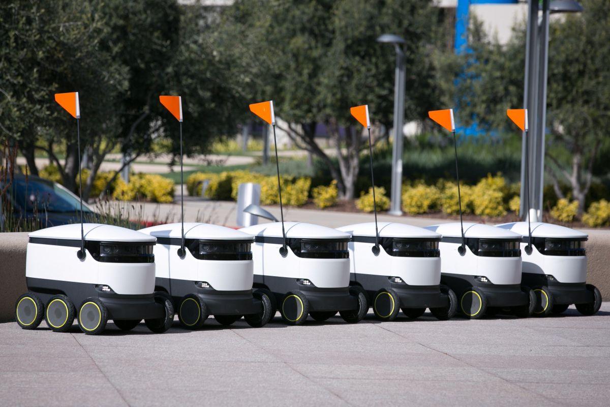 miles de sus pequeños robots cúbicos equipados con seis ruedas y un banderín circularán por 100 universidades de Estados Unidos el próximo año.