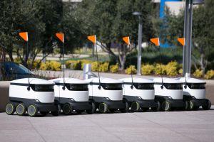 Robots repartirán comida en 100 universidades, el primero que circula en California es colombiano