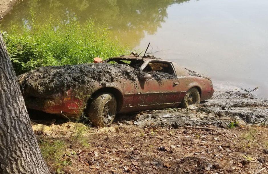 Encuentran Pontiac Firebird de 1983 sumergido en un lago luego de 30 años