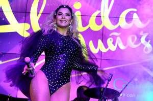 Aleida Núñez modela sus curvas con diminuto vestido color nude