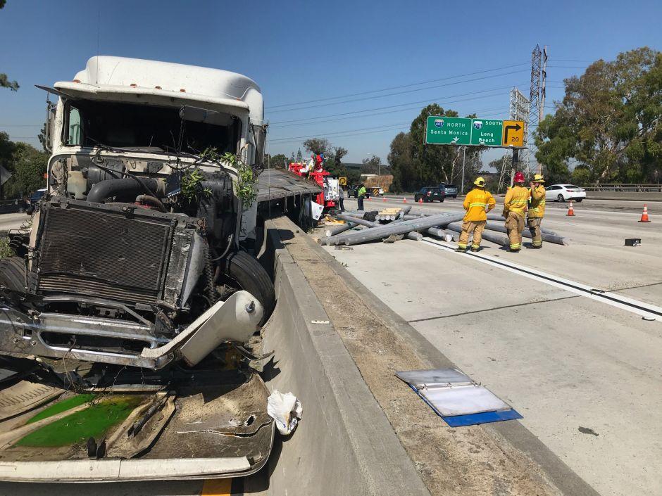 Cierran autopista 405 por accidente múltiple. Sólo un carril abierto en cada dirección