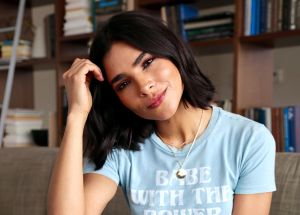 Alejandra Espinoza se deja ver ligerita y sin sostén para celebrar sus tres millones