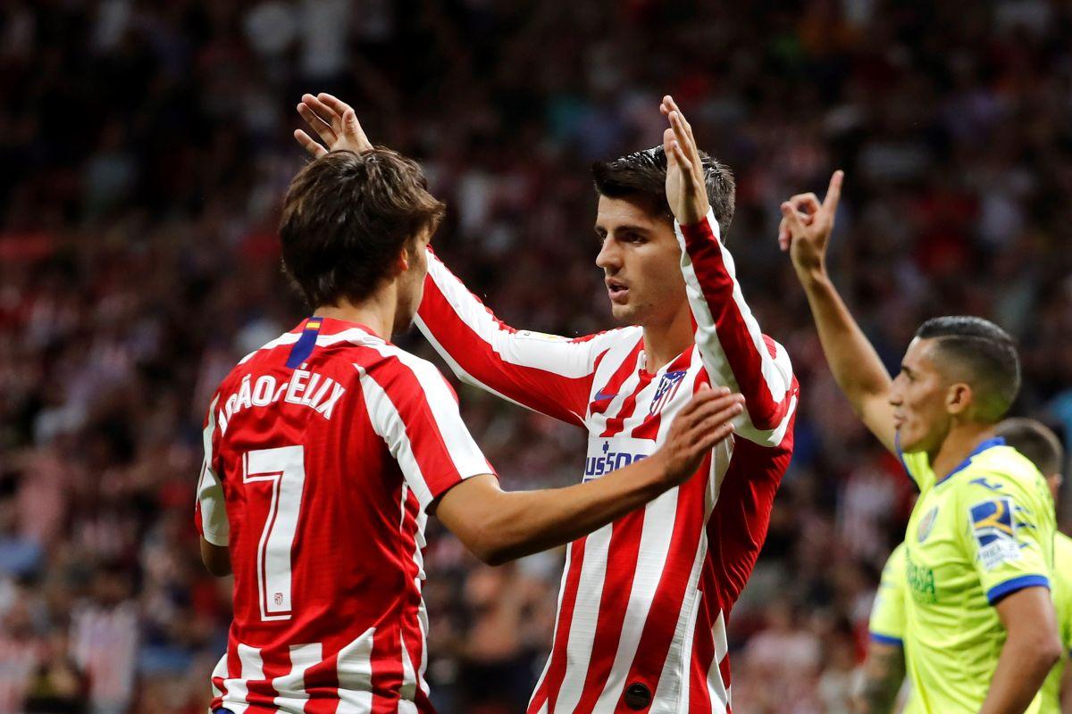 El delantero español del Atlético de Madrid Álvaro Morata celebra con Joao Félix su gol.