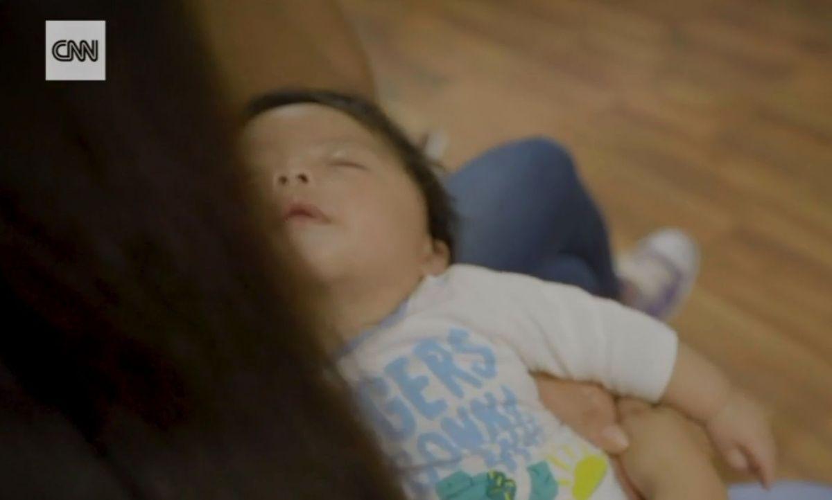 El bebé es cuidado por sus hermanas y su padre.