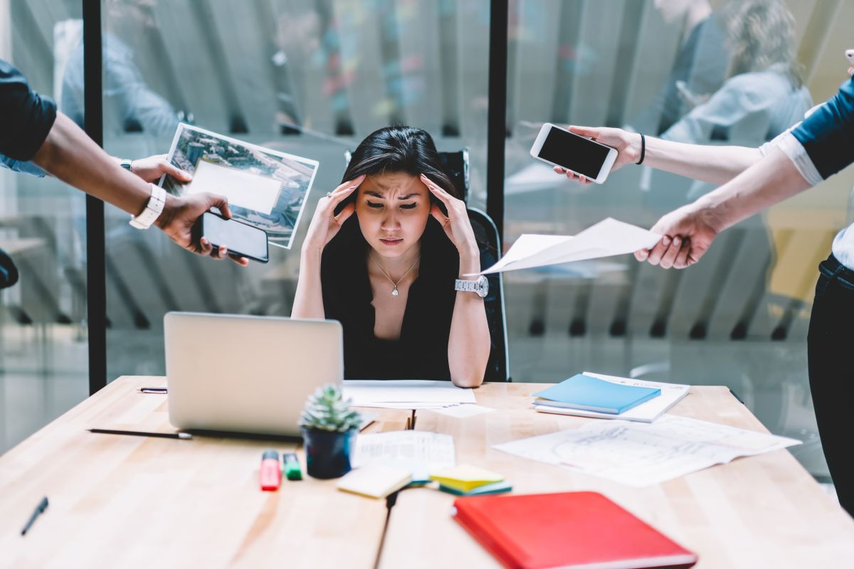 Las constantes interrupciones y la carga de trabajo son algunos de los factores que más estresan a los trabajadores./Shutterstock