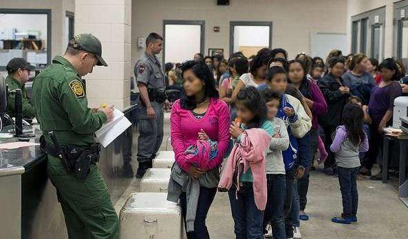 ICE argumenta que en ocasiones los menores no tienen relación directa con los adultos que les acompañan.