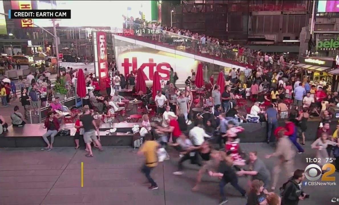 Motos generaron caos y temor de tiroteo masivo en Times Square; show suspendido en Broadway