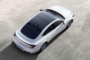 Hyundai lanza un auto con panales solares en su toldo