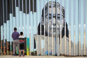 Se escuchan las voces de los inmigrantes en el muro de Tijuana