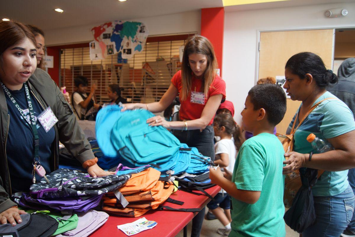 Niños de LA reciben artículos escolares y quedan listos para las aulas