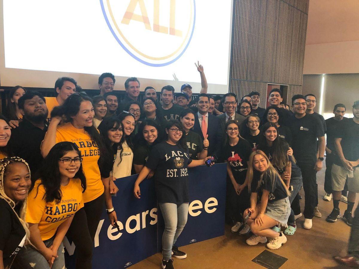 Estudiantes de ELAC se toman la foto con el gobernador Gavin Newsom y el asambleísta Miguel Santiago. (Suministrada).