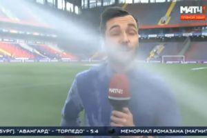 ¡Se la bañan! Rociadores de estadio empapan a reportero