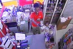 VIDEO: Empleada de Family Dollar saca un arma y le apunta a un cliente